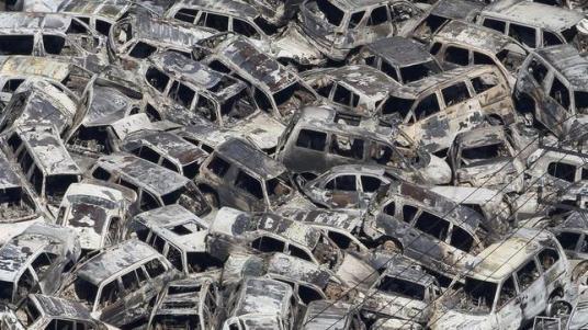 Un grupo de vehículos apilados en el puerto de Tokai en Iribaki tras el paso del tsunami - AFP / ABC.es