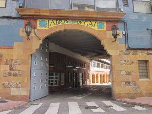 Puerta de acceso a la antigua Fábrica de Gas de Oviedo. Wikipedia