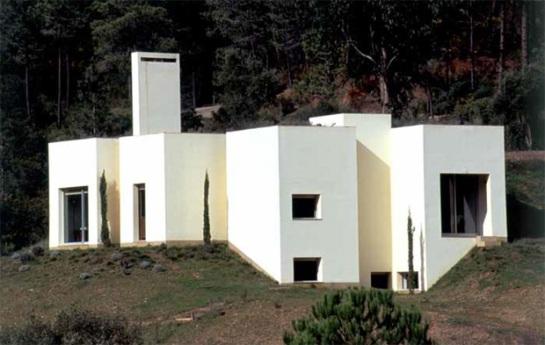 1994-2002. House in Serra da Arrábida, Portugal. Exterior view by Luis Ferreira Alves. www.pritzkerprize.com