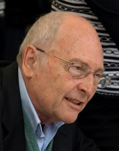 Eduard Punset presentando su libro Viaje al amor en 2008. Wikipedia