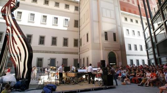 Una obra de Lichtenstein preside la plaza de la ampliación de Nouvel en el Reina Sofía - AFP / ABC.es