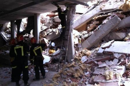 Bomberos trabajando en el municipio murciano. | ELMUNDO.es