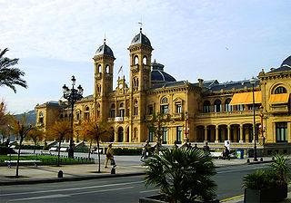 El Ayuntamiento, antiguo casino construido en 1887 y visto desde los jardines de Alderdi Eder, se convirtió en la sede del Ayuntamiento en 1946 - Wikipedia