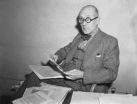 Le Corbusier fotografiado en 1949 en su estudio de París. (Keystone) swissinfo.ch