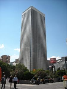 """Torre Picasso, proyectada por Minoru Yamasaki - arquitecto de las malogradas """"Torres Gemelas"""" neoyorkinas."""