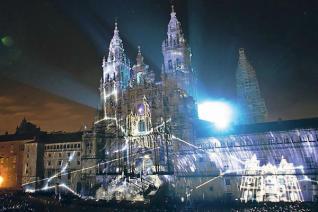 La proyección sobre la catedral de Santiago emocionó a los miles de asistentes al espectáculo. // Xoán Álvarez - farodevigo.es