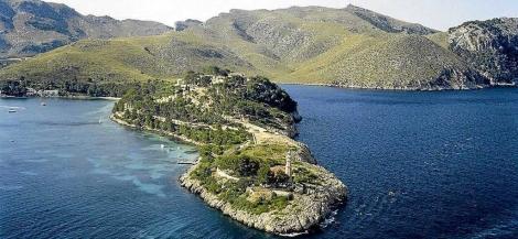 Punta Avançada con el faro en primer término y el recinto de Sa Fortalessa detrás. ElMundo.es