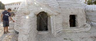 Juan Pardos (izq) junto al domo. La cúpula de la izquierda es el dormitorio con su ventana, ya que el suelo queda soterrado, y la de la derecha la sala de estar y el acceso. / Gabriel Gómez