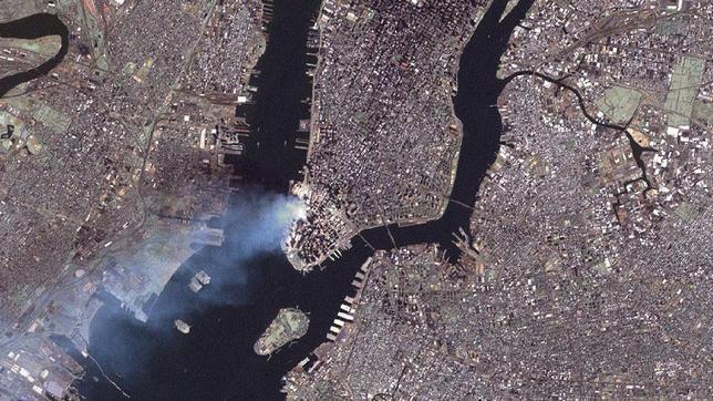 NASA - La ciudad de Nueva York durante los atentados del 11-S y tomada por el astronauta Frank Cultberson desde la Estación Espacial Internacional. EFE / ABC.es