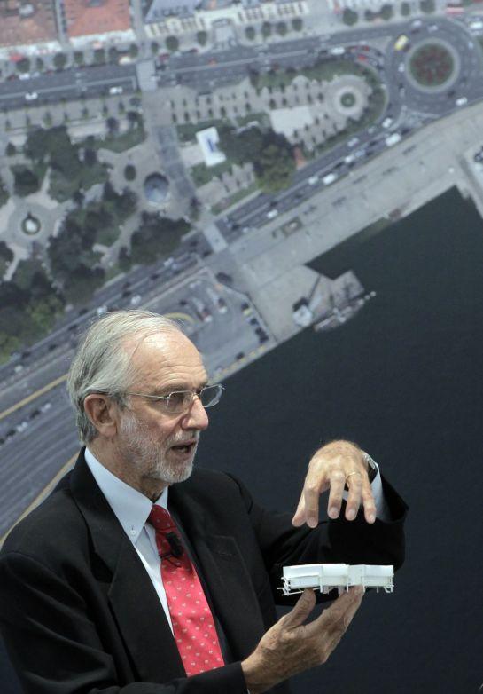 Renzo Piano durante su presentación del Proyecto, maqueta en mano - Fundación Botín