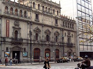 Fachada del teatro en la esquina de las calles Córdoba y Libertad, en diagonal a la Plaza Lavalle