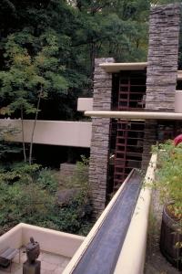 """La verticalidad del """"corazón"""" de la casa contrasta con las terrazas y voladizos horizontales. Wikipedia"""