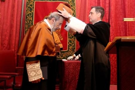 Joaquín Luque, rector de la Hispalense, impone el birrete a Álvaro Siza. | US - ElMundo.es
