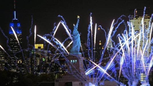 EFE Fuegos artificiales ayer en Nueva York para celebrar el aniversario. ABC.es