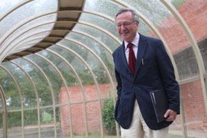 Rafael Moneo en la Universidad de Navarra, en la entrada a la Escuela de Arquitectura (2010) ElCultural.es