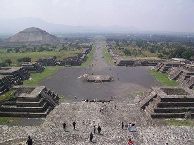 Vista de la calzada de los Muertos desde la Pirámide de la Luna - Wikipedia