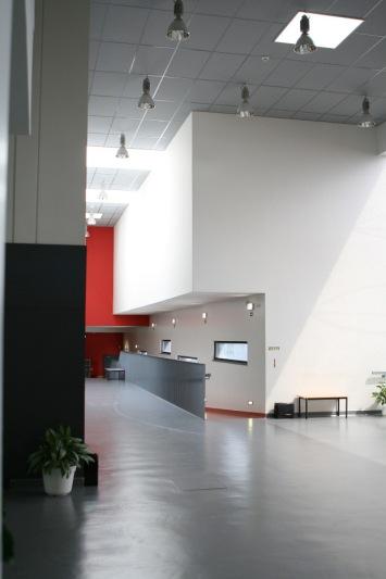 Acceso principal de la Escuela Ruy Luis Gomes con techos acústicos Armstrong. Fotografía: OM2A Arquitectos Asociados – Bruno Antunes