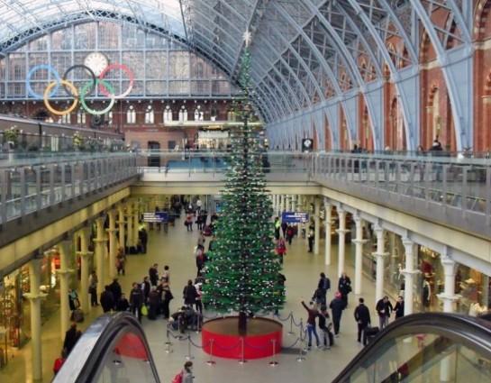 Un gigante árbol de Navidad acaba de ser presentado en Londres en st. pancras Station para ser visto durante la temporada navideña 2011 … www.dsgnr.cl