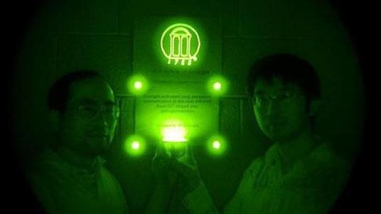 U. Georgia - Los investigadores muestran el material luminoso en una habitación oscura  - ABC.es