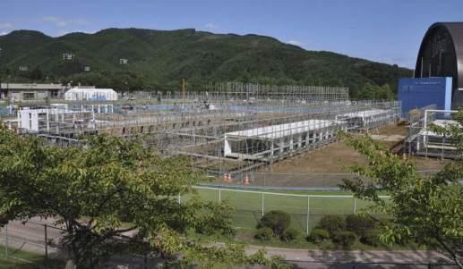 Reconstrucción de pueblos arrasados por el tsunami en Japón En el pueblo japonés de Onagawa, arrasado por el tsunami de marzo, un antiguo campo de béisbol alberga ahora un barrio construido en tiempo récord por el arquitecto Shigeru Ban, que ha usado contenedores de barco para dar un techo a casi 500 desplazados por la tragedia. (EFE)