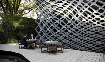 El diseño de Michel Rojkind y el mobiliario de Esrawe Studio hicieron que los espacios exteriores del Tori Tori Polanco estuvieran reflejados de forma vanguardista al interior del lugar. (Foto: Paulina Chávez)  cnnexpansion.com