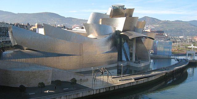 Museo Guggenheim Bilbao - Fachada norte, junto a la ría de Bilbao. Wikipedia