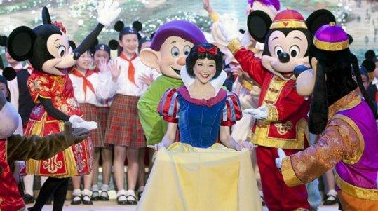 Actores disfrazados de personajes de Disney actúan durante la ceremonia de colocación de la primera piedra del futuro parque Disneyland de Shanghái (China). (Efe)