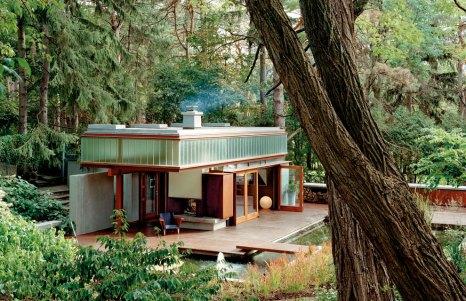 """Esta casa de invitados se encuentra en una amplia finca de Toronto, Canadá. Los responsables de su diseño es el estudio de arquitectura Shim-Sutcliffe, quienes concibieron la vivienda como """"una linterna reluciente en el bosque"""". Foto: Raimund Koch y Shim-Sutcliffe"""