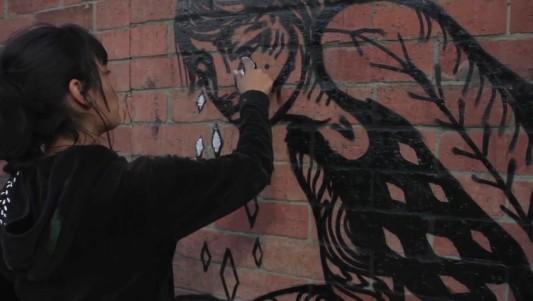 La grafitera conocida como Bastardilla dibuja a los excluidos de la sociedad en la ciudad de Bogotá, Colombia. Este corto forma parte de la web documental Défense d'afficher, un proyecto de la televisión francesa que busca descubrir lo que cuentan las calles del mundo en el que vivimos. (LIONEL ROSSINI /  20minutos.es)