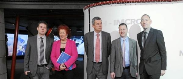 Raúl Polit, Consuelo Císcar y Rafael Ripoll con algunos de los arquitectos cuyas obras se exponen en la muestra - www.larazon.es
