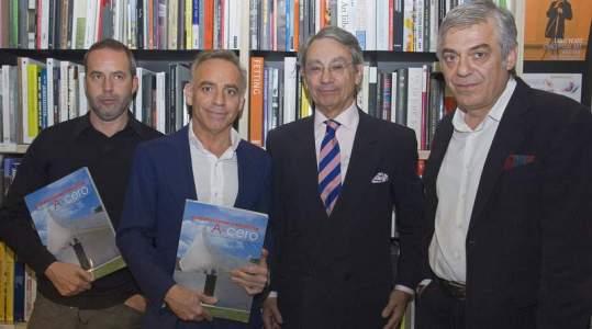 El leonés Rafael Llamazares, Torres, su colega J. Ignacio Vicens y el periodista Juan Lagardera. Efe - www.diariodeleon.es