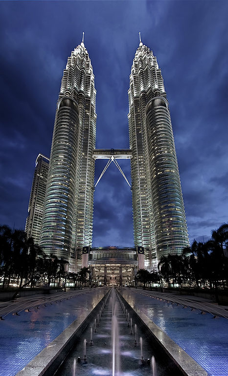 Las Torres Petronas fotografiadas de noche en Kuala Lumpur, Malasia. Record height: Tallest in the world from 1998 to 2004 - Wikipedia