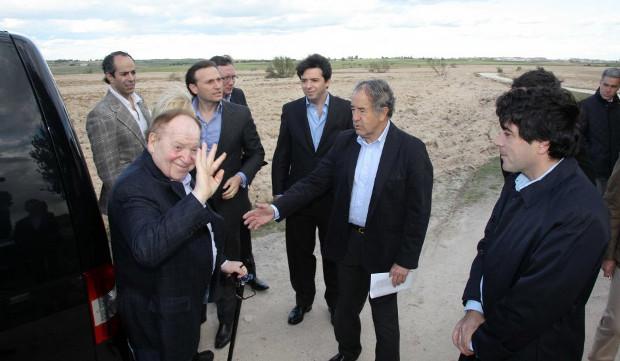 Sheldon Adelson  Adelson, durante una visita a los terrenos que Alcorcón le ofrece para levantar su proyecto. (COMUNIDAD DE MADRID) 20minutos.es