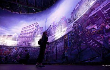 Foto: Vista de la obra del artista austríaco Yadegar Asisi expuesta en Checkpoint Charlie en Berlín (Alemania). EFE - www.que.es