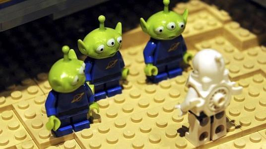 EFE - Vista de figuras alienígenas y un astronauta de Lego en la exposición «Viaje en el Tiempo de Lego» - ABC.es