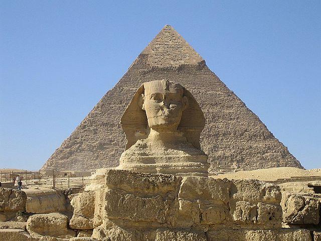 La pirámide y la Gran Esfinge, junto al templo del valle. Wikipedia