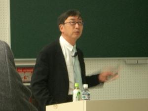 Toyō Itō impartiendo una conferencia en 2006. Wikipedia