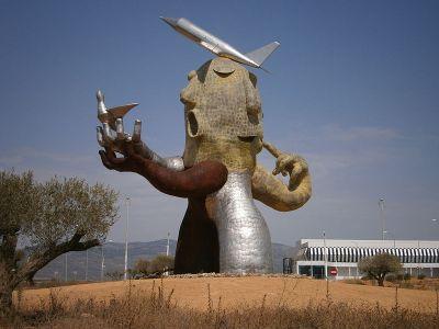 Escultura «El hombre avión» de Juan Ripollés - Aeropuerto de Castellón - Costa Azahar / Wikipedia