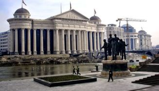 El Gobierno de Skopje se ha afanado en construir un gigantesco complejo arquitectónico para evocar la gloriosa época de Alejandro Magno. EFE - diariodenavarra.es