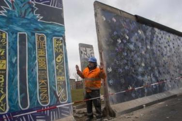 Un operario, durante la retirada este viernes del muro. | Reuters - ElMundo.es