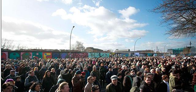 Protestas junto al tramo del Muro que iba a ser derruido.   Afp - ElMundo.es