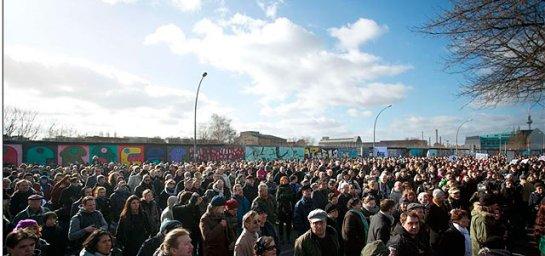 Protestas junto al tramo del Muro que iba a ser derruido. | Afp - ElMundo.es