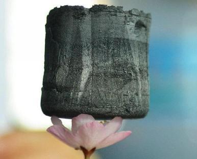 ABC - El aerogel de grafeno es tan ligero que se sostiene sobre la flor de un cerezo