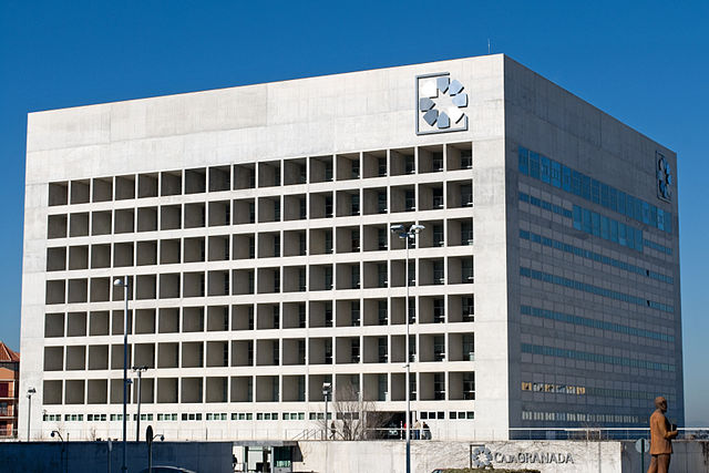 Edificio de la sede central de la Caja de Ahorros de Granada, obra del arquitecto Campo Baeza. Wikipedia