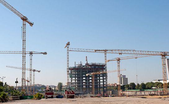 Construcción Torre Pelli en Sevilla, España - vía Wikimedia Commons