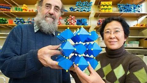 A.N.U. Ray Withers y Yun Liu, con el modelo químico del nuevo material.