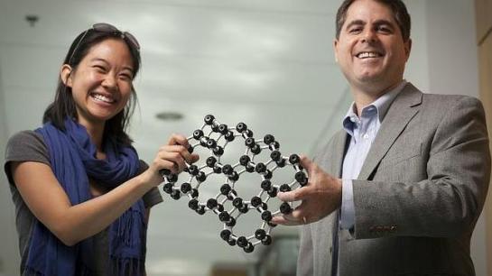 Jason Kosk Los investigadores Pinshane Huang y David Muller sostienen un modelo que representa la estructura atómica del cristal