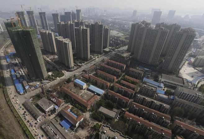Construcción de rascacielos en un barrio de casas bajas en China REUTERS  - Arquitectos españoles y chinos toman contacto en Shanghai | ELMUNDO.es