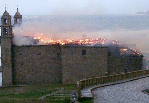 GALICIA - Emblemático templo destruido por un rayo.