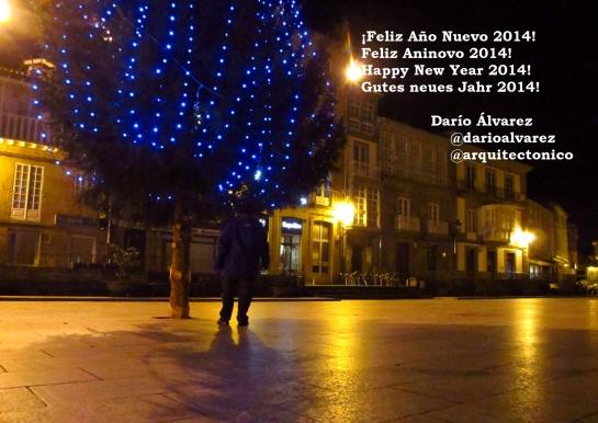 Mi Salutación de Año Nuevo en castellano, gallego, inglés y alemán - diciembre 2013, llegando al Arbolito de la Plaza.